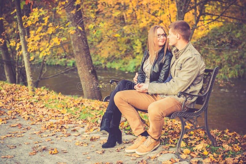 在金子秋天的夫妇 库存图片