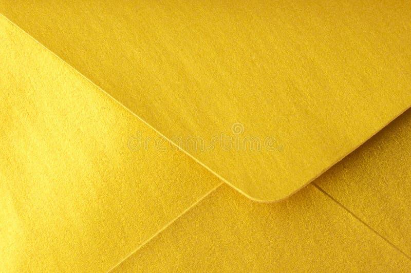 在金子颜色的抽象背景 细节信封关闭 图库摄影