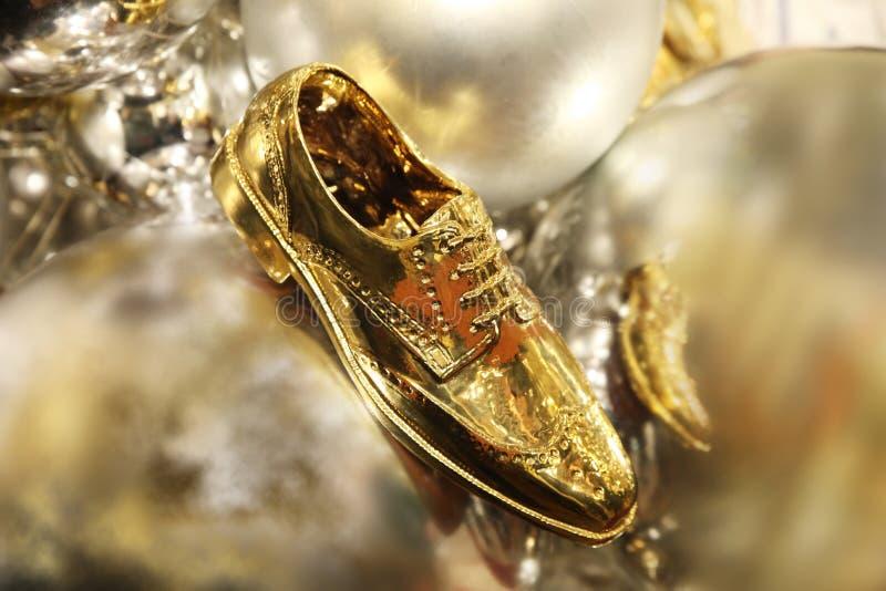 在金子颜色的经典人` s鞋子 免版税库存照片