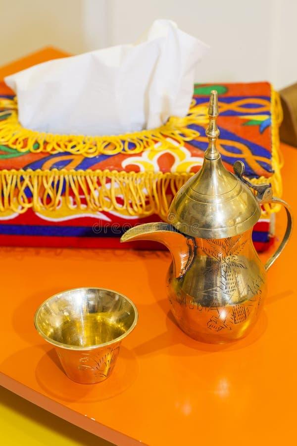 在金子颜色的阿拉伯咖啡罐` Dallah ` 图库摄影