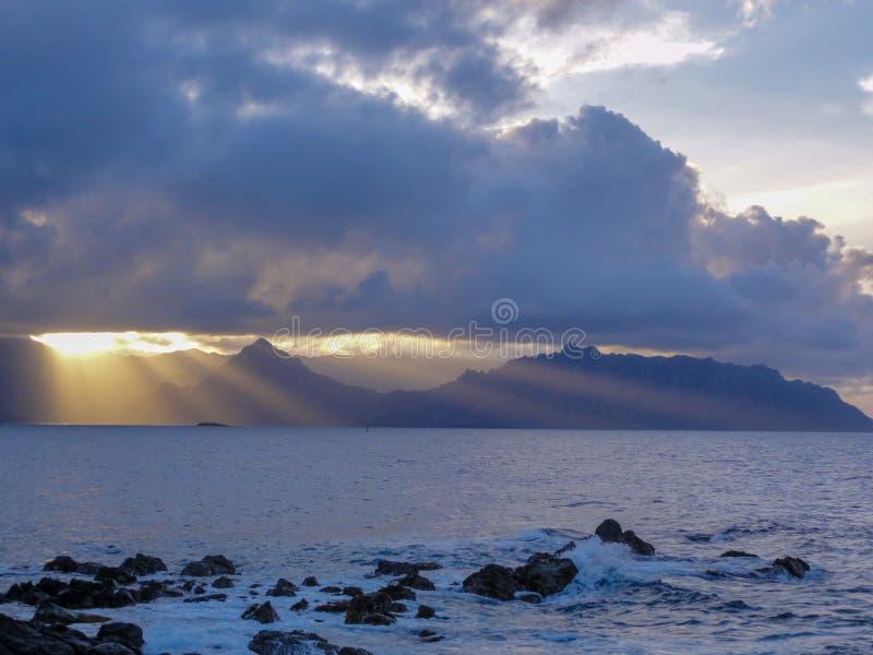 在金字塔岩石海滩的日落在夏威夷 库存照片