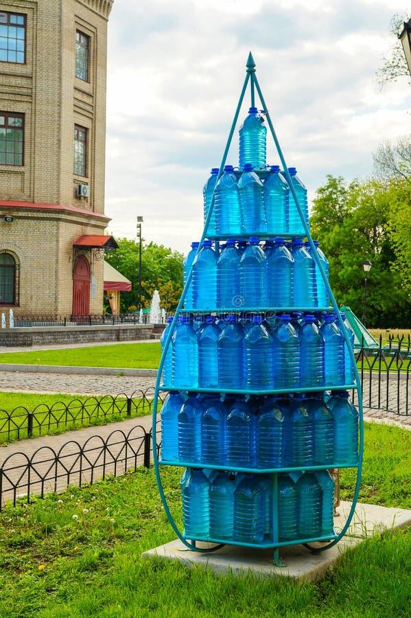 在金字塔水堆积的瓶 免版税库存照片
