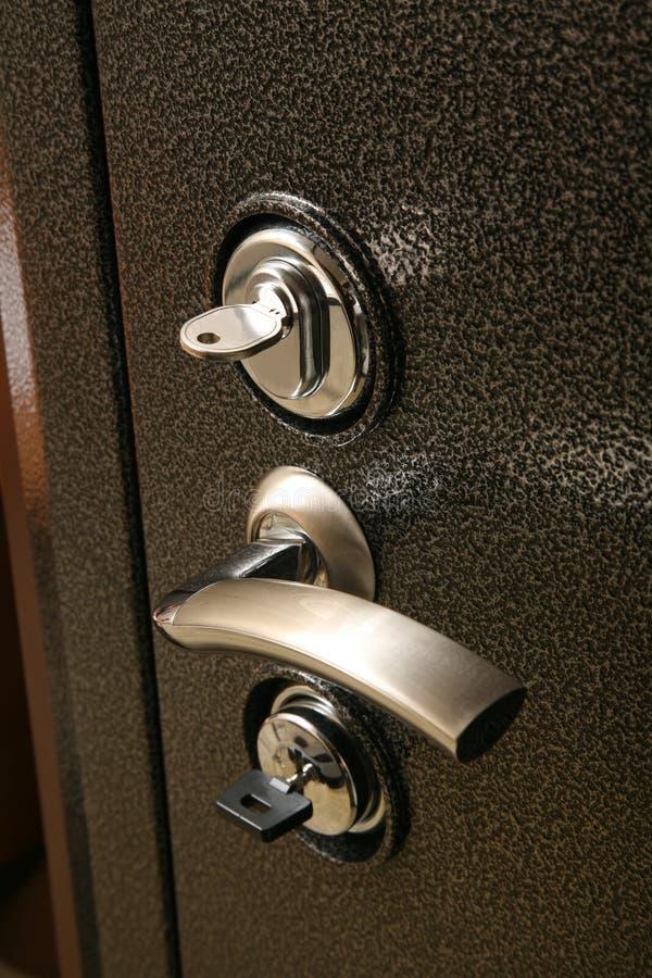 在金属保险柜门的把柄 免版税库存图片