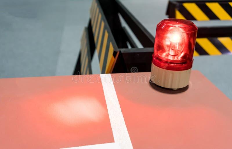 在金属内阁的红色警报器 安全的警告灯 免版税库存照片