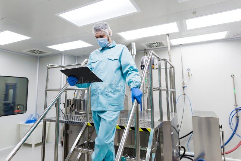 在金属台阶的科学家立场在实验室 库存图片