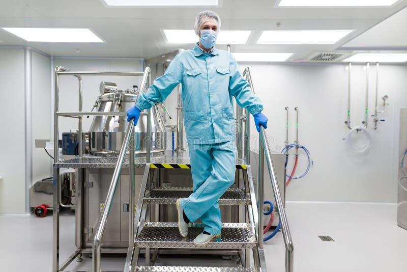 在金属台阶的科学家立场在实验室 免版税库存照片