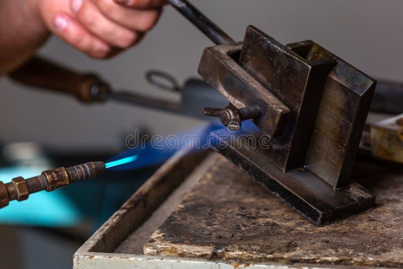 在金属型的小型发焰装置在冶金匠车间 免版税库存图片