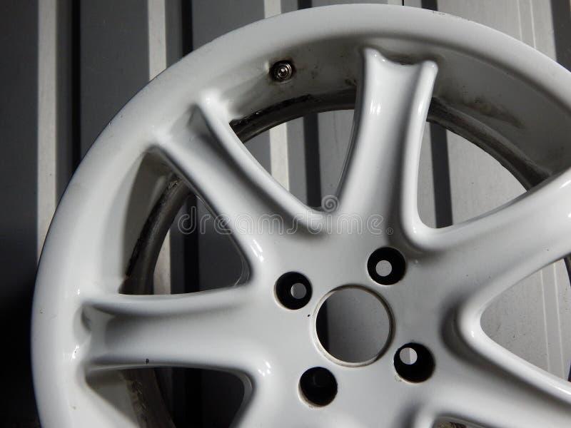 在金属墙壁关闭附近的损坏的轮子外缘  库存图片