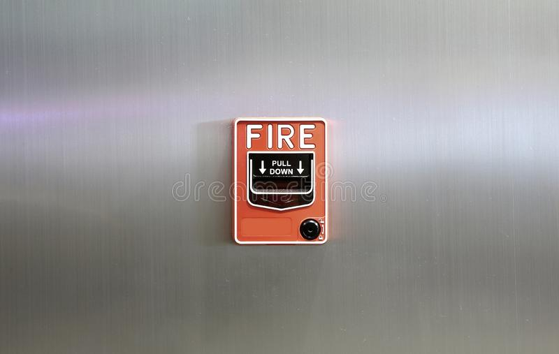 在金属墙壁背景埋置的火警 图库摄影