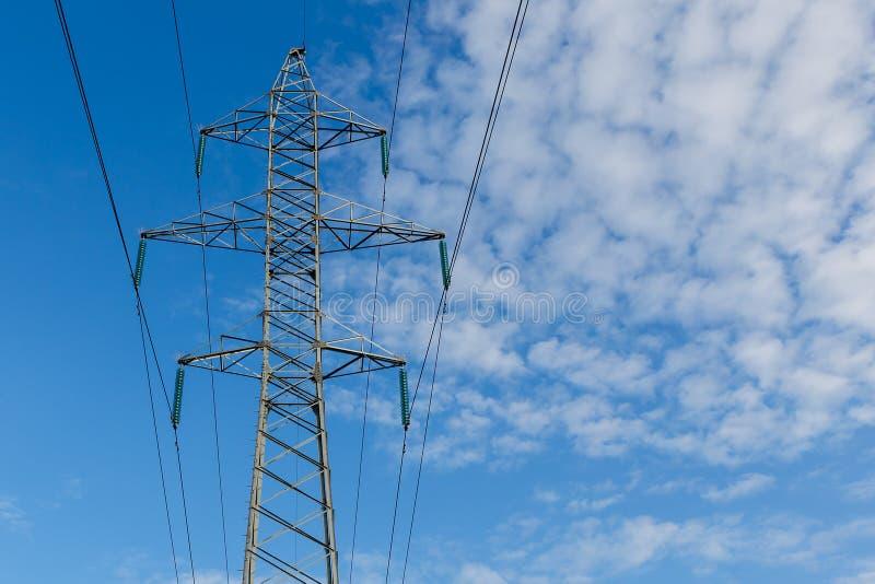 在金属杆的高压输电线 免版税库存图片