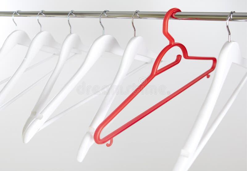 在金属标志横线的红色和白色木晒衣架在丝毫 库存照片