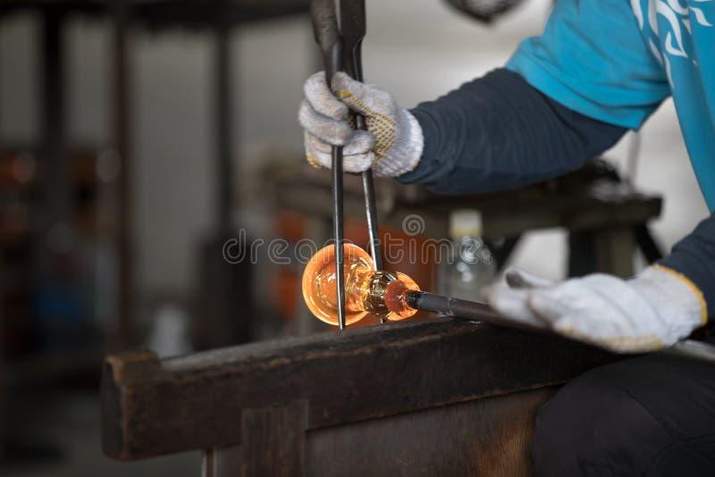 在金属棒的熔融态玻璃 免版税库存照片