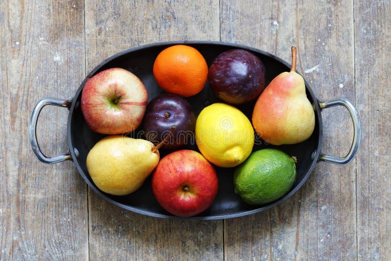 在金属盘子的混杂的果子在中心 库存图片