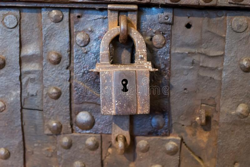 在金属箱子的老生锈的金属挂锁 库存图片