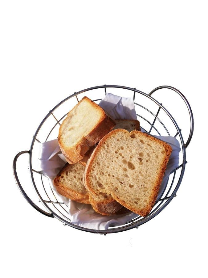 在金属篮子的白方块面包在餐巾 免版税库存照片