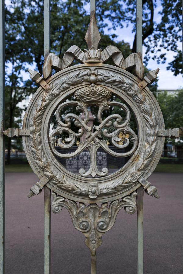 在金属篱芭的装饰品在彼得大帝附近房子在圣彼德堡 免版税库存照片