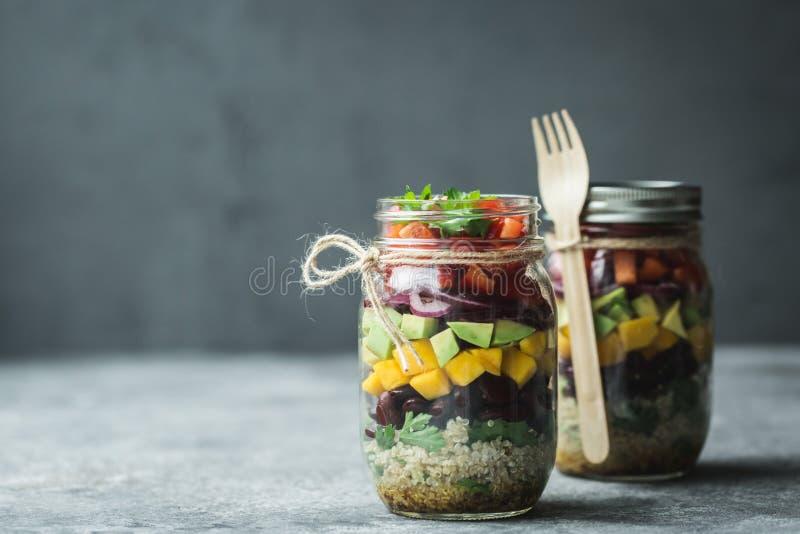 在金属螺盖玻璃瓶的健康自创沙拉用奎奴亚藜和菜 健康食品,干净吃,饮食和戒毒所 复制空间 免版税库存照片