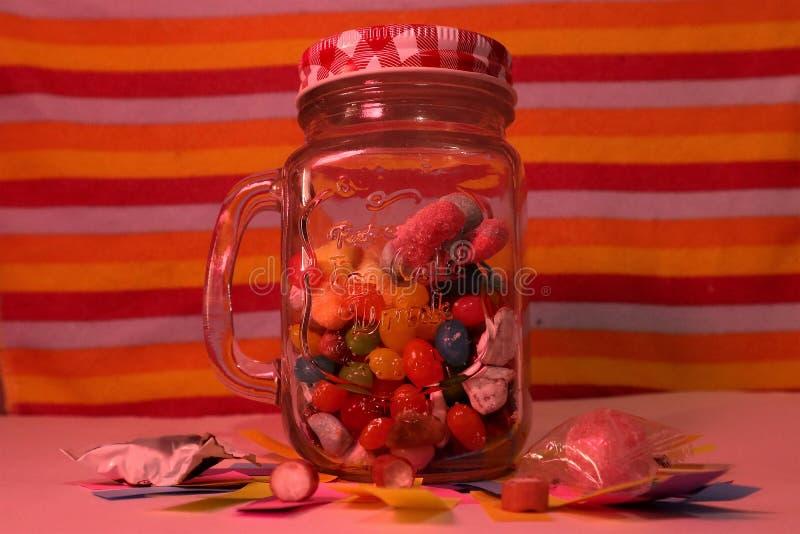 在金属螺盖玻璃瓶的糖果 库存图片