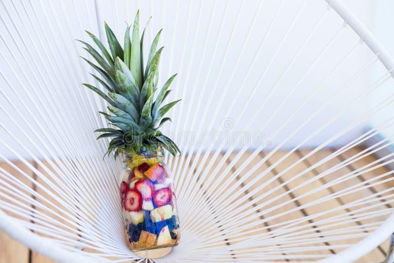 在金属螺盖玻璃瓶包装的健康快餐 免版税库存图片