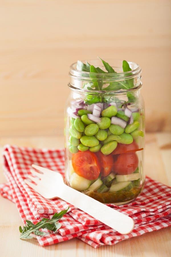在金属螺盖玻璃瓶的健康菜沙拉:蕃茄,黄瓜,大豆, 库存图片