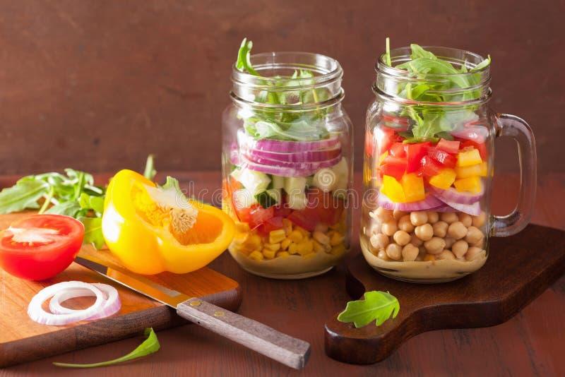 在金属螺盖玻璃瓶的健康菜鸡豆沙拉 免版税库存照片
