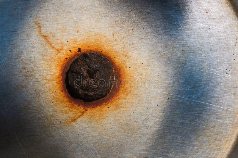 在金属表面的老被烧的,生锈的螺栓 免版税图库摄影
