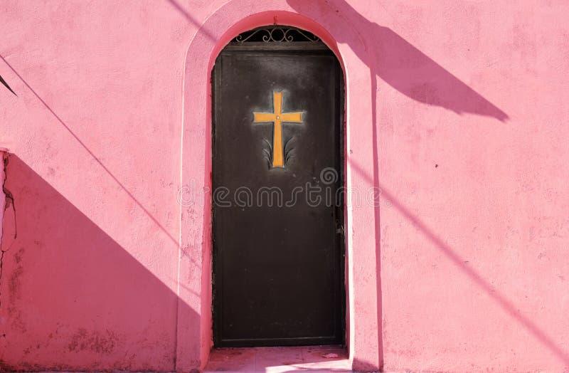 在金属门的金黄十字架 免版税库存照片