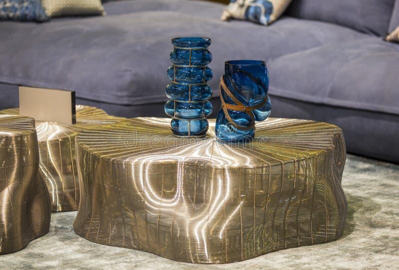 在金现代桌上的蓝色时兴的玻璃花瓶 时髦的内部艺术装饰 免版税图库摄影