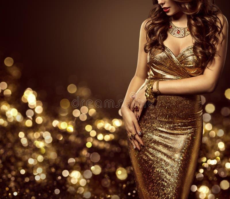 在金礼服,妇女典雅的金黄褂子的时装模特儿身体 图库摄影