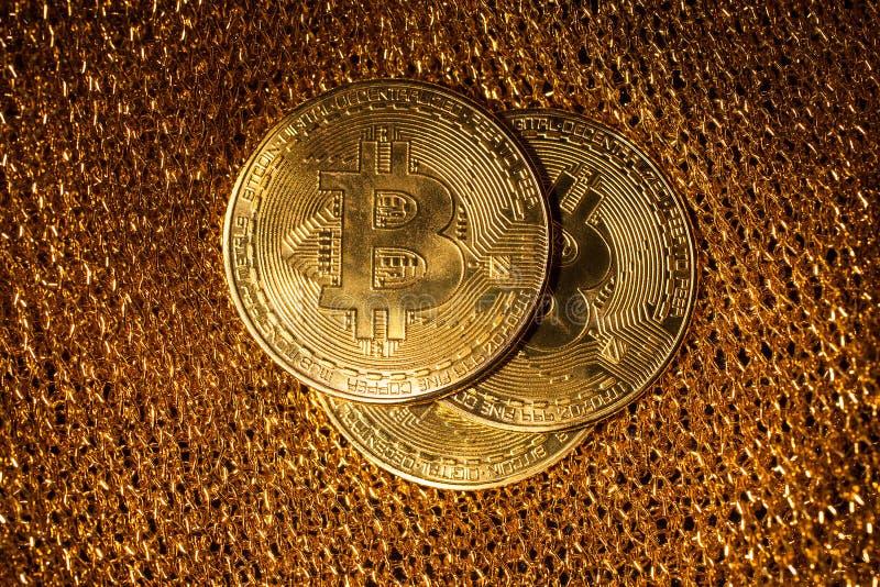 在金背景的Bitcoin 免版税库存照片