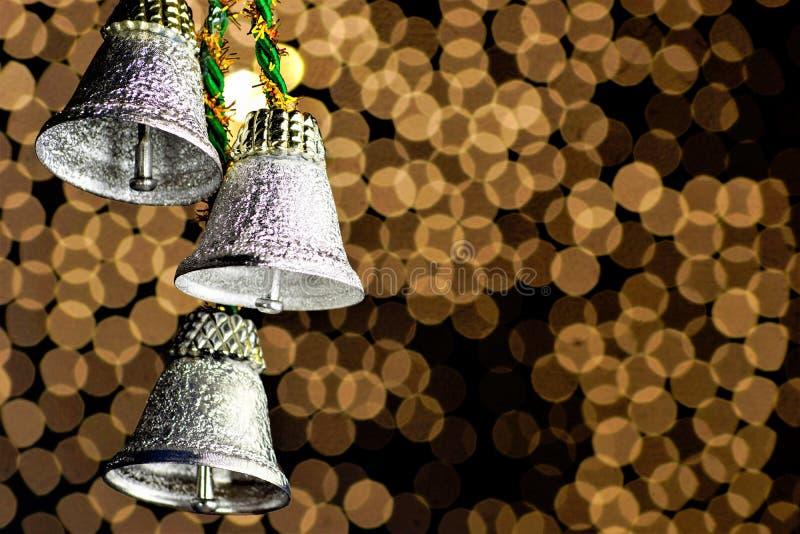 在金背景,一个乐器的圣诞节铃声为假日 钟铜乐器,庄严的片刻 库存图片