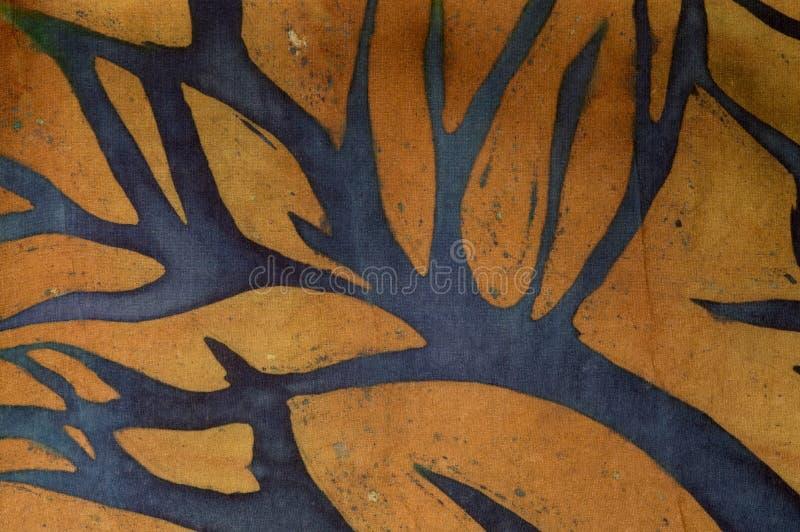 在金背景,热的蜡染布,背景纹理的树枝,手工制造在丝绸 皇族释放例证