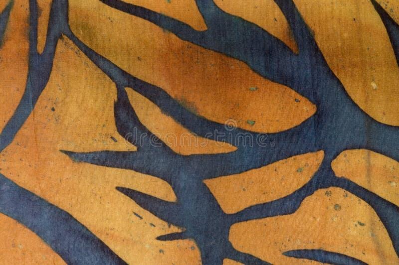 在金背景,热的蜡染布,背景纹理的树枝,手工制造在丝绸 库存例证