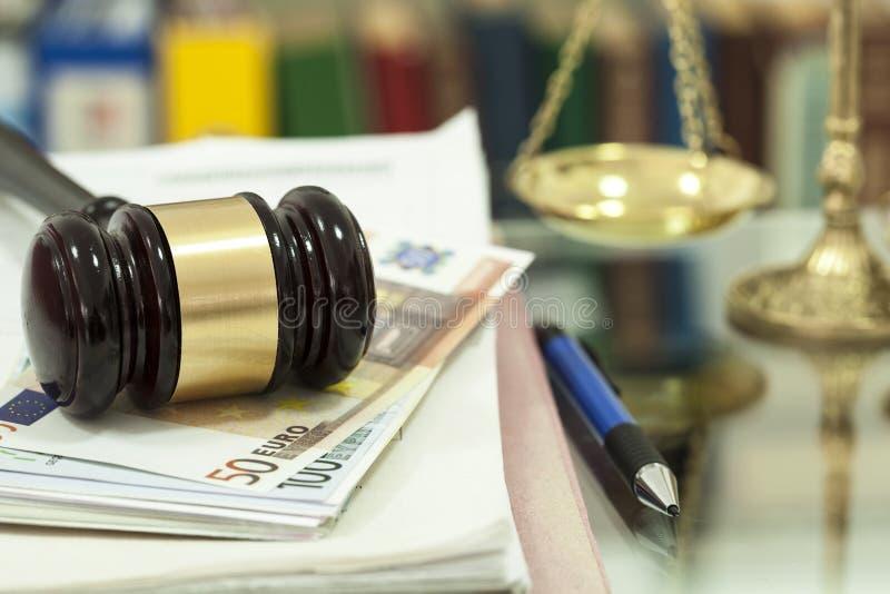 在金钱的法律惊堂木 免版税库存照片