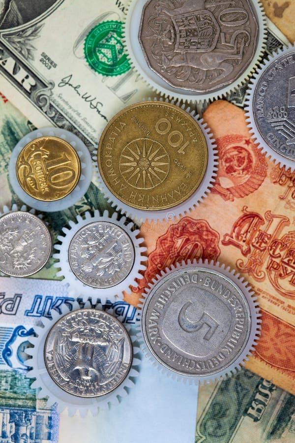 在金钱背景的硬币连动 库存照片