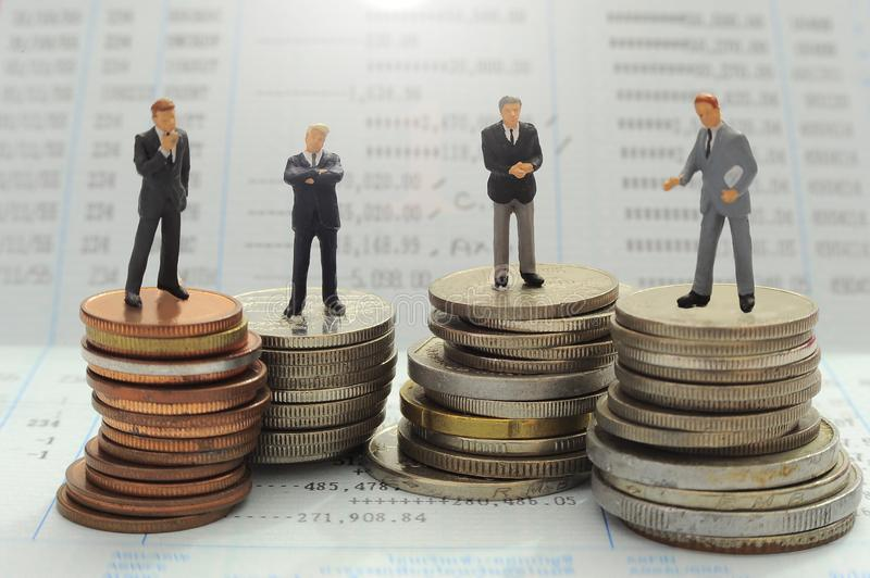 在金钱背景,微型人概念的商人 库存图片
