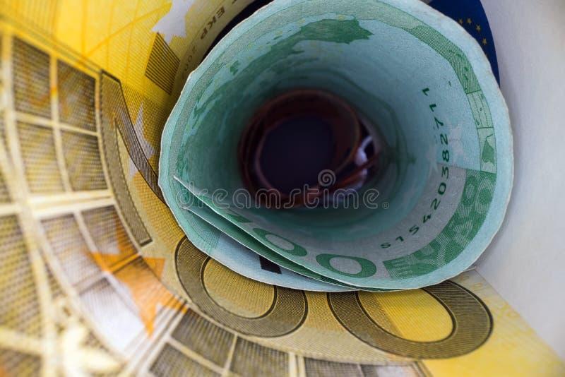 在金钱隧道里面 欧元后面笔记抽象透视图在管滚动了 挽救和投资金钱 免版税库存照片