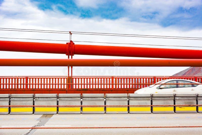 在金门大桥的快速车 库存图片