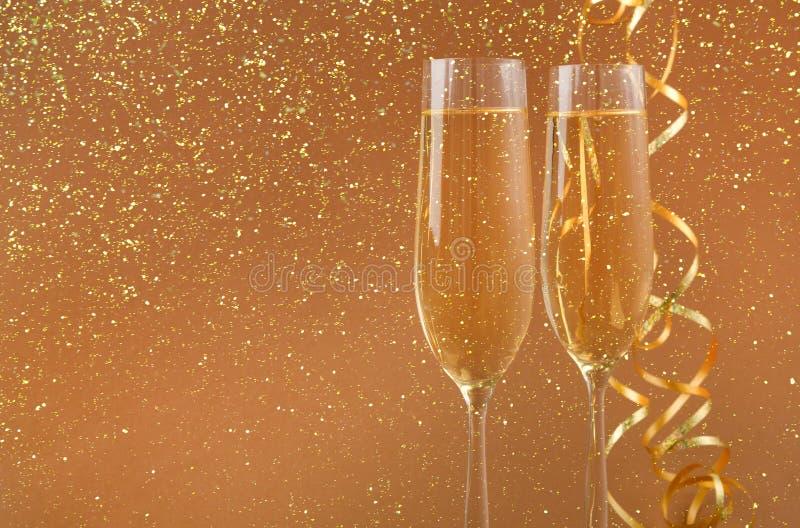 在金黄假日背景的香槟槽 免版税库存图片