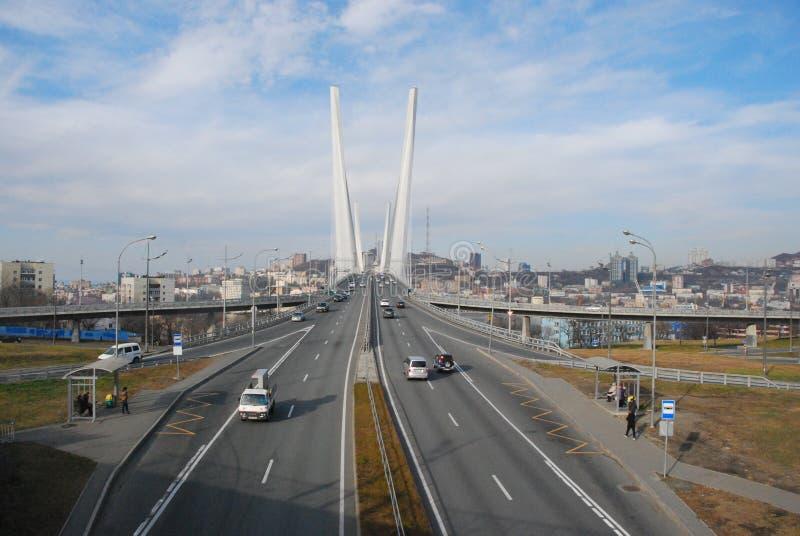 在金黄垫铁海湾的桥梁 城市符拉迪沃斯托克 库存图片