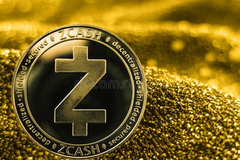 在金黄背景的硬币cryptocurrency Zcash 免版税图库摄影
