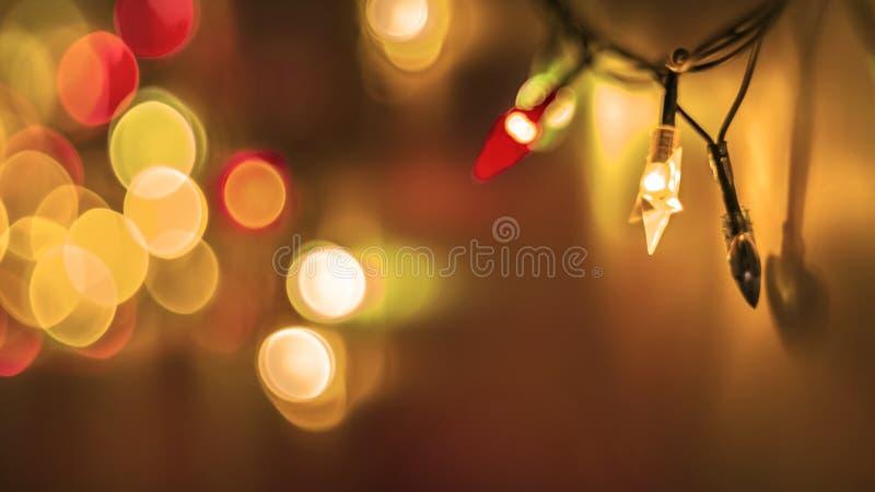 在金黄背景的装饰五颜六色的被弄脏的光 圣诞节抽象柔光 闪耀的五颜六色的明亮的圈子 免版税库存图片