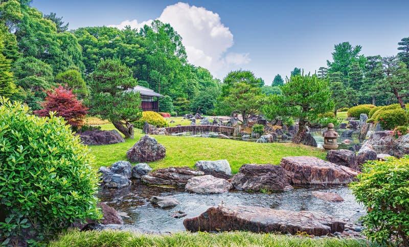 在金黄亭子附近的美丽的池塘在京都,日本 免版税库存照片