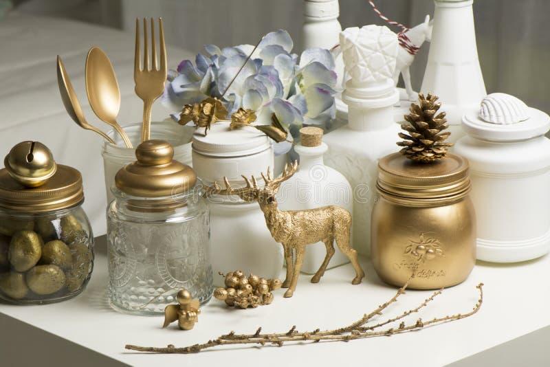 在金黄和白色颜色的圣诞节家庭装饰 免版税库存图片