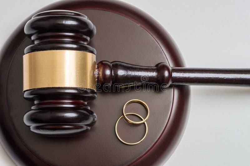 在金黄圆环和惊堂木的特写镜头视图在背景中 离婚概念 免版税库存照片