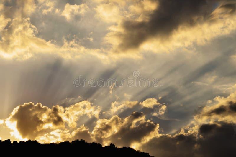在金黄天空的太阳光芒 图库摄影