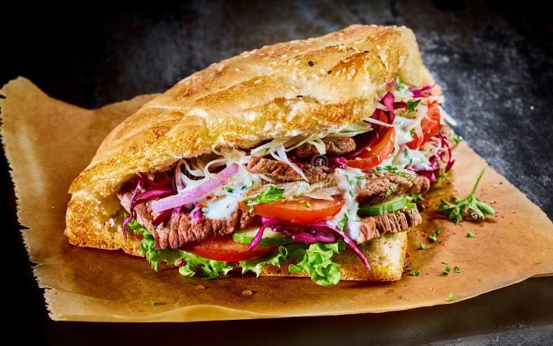在金黄敬酒的皮塔饼面包的土耳其doner kebab 免版税库存图片
