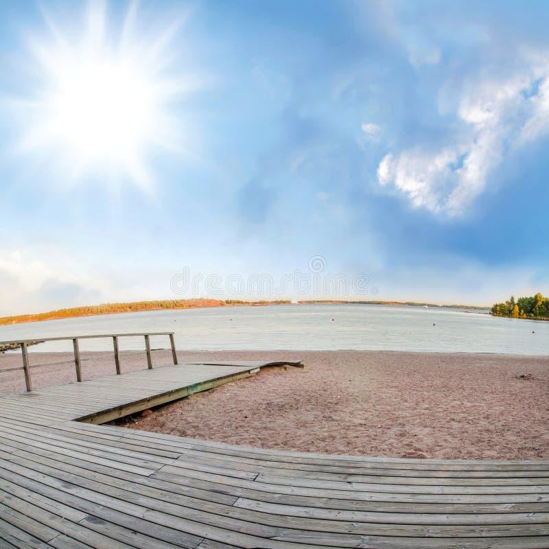 在金黄沙滩的木地板 免版税库存照片