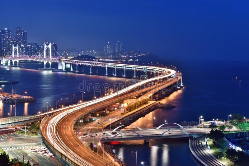 在釜山桥梁, Gwangan,韩国的夜场面 免版税库存照片