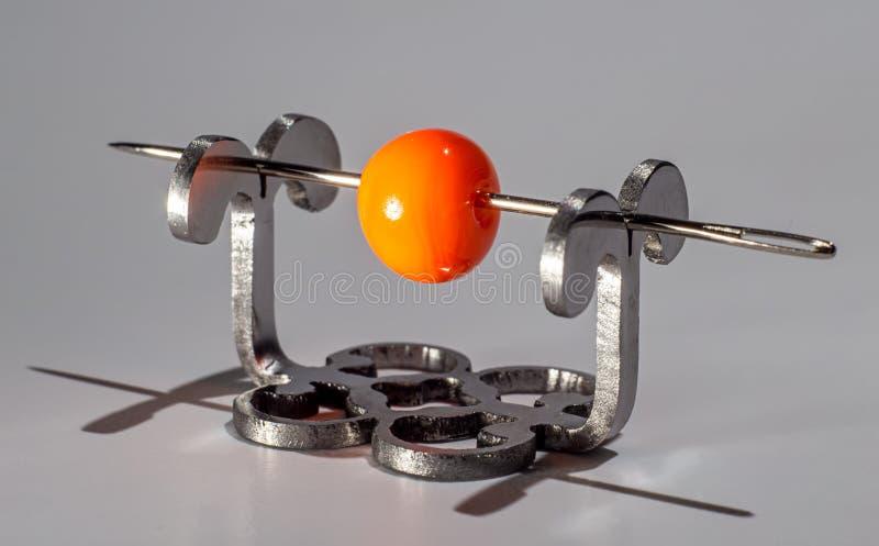 在针的橙色玻璃状小珠 图库摄影